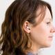 Exhibe su obra de arte en la oreja de una mujer