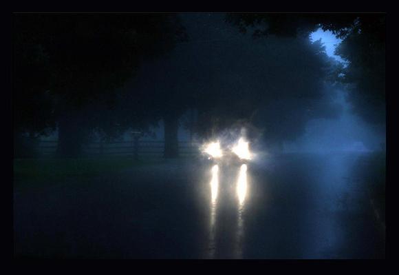 Resultado de imagen para mujer carro descompuesto en la lluvia