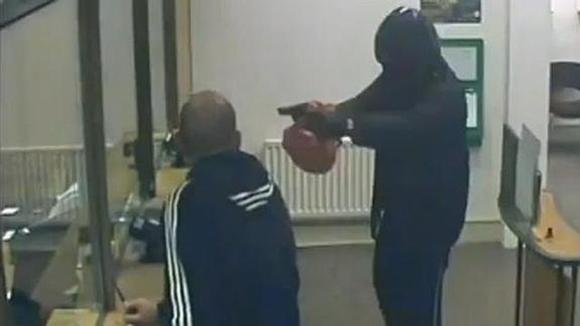 Un limpiador de ventanas frustra un atraco al ver que la pistola del ladrón era de juguete