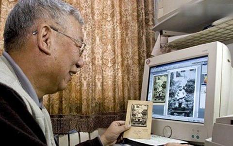Baojun Yuan enseña el ordenador con el que trabaja