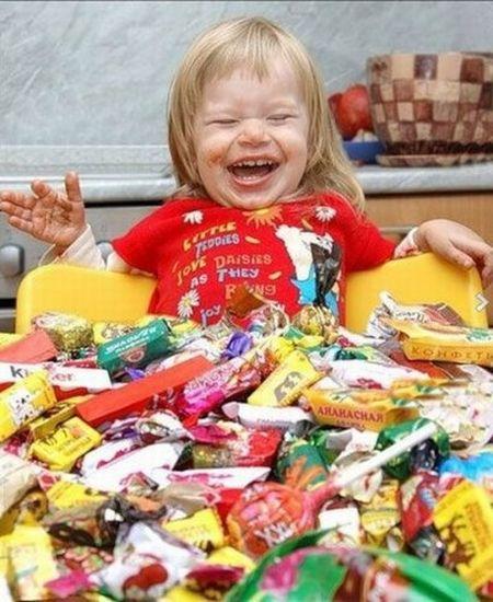 Niña frente a cientos de caramelos