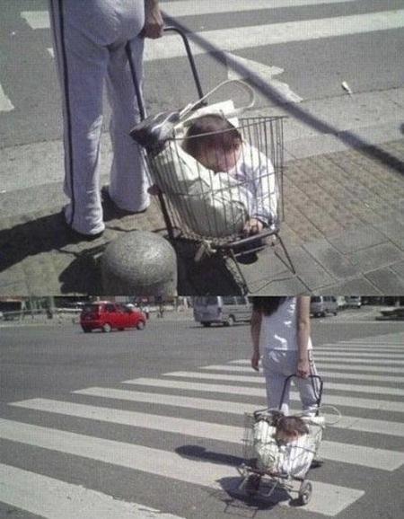Una mamá estirando un carrito con un bebe adentro