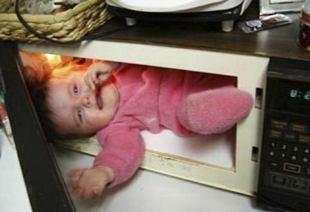 Un bebé en el microwave