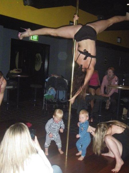 Unas viejas bailando semidesnudas frente a niños