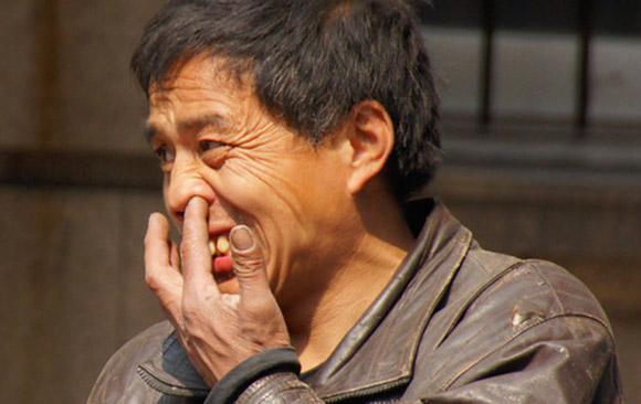 El Gobierno chino pide a sus turistas que no se metan el dedo en la nariz ni orinen en las piscinas