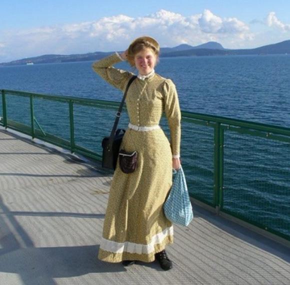 Mujer vive como si estuviera en la época victoriana